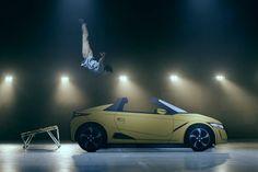 """【ビデオ】背面跳び乗りに前方2回宙返り乗り!? ホンダが「S660」の""""カッコいい乗り方""""を紹介"""