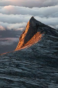The peak of Dragonmount.  (rayons de soleil sur la montagne)