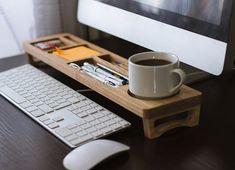 Rien de tel qu'un organisateur de bureau pour regrouper toutes les affaires dont on a besoin au quotidien. En voici un !