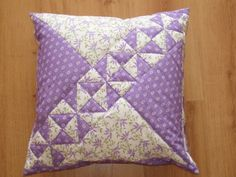 How to Make a Rag Quilt. Ideas for sewing projects. How to make a rag quilt (easy beginner's guide). Applique Cushions, Patchwork Cushion, Patchwork Patterns, Sewing Pillows, Quilted Pillow, Quilt Block Patterns, Quilt Blocks, Small Quilted Gifts, Purple Quilts