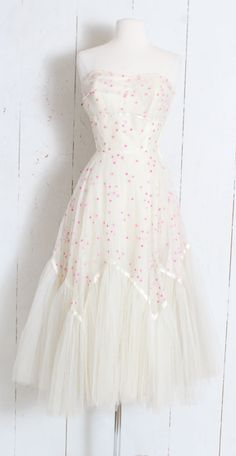 The little thins - Event planning, Personal celebration, Hosting occasions - Event planning, Personal celebration, Hosting occasions Party Dresses With Sleeves, Party Dresses For Women, Bridal Dresses, 1950 Wedding Dress, White Tulle Dress, Vintage 1950s Dresses, Vintage Outfits, Swing Dress, Dress Brands
