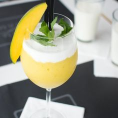 For this frozen mango bellini recipe, all you need are mangoes, ice cubes, champagne or sparkling wine, and a blender. Mango Desserts, Mango Drinks, Summer Drinks, Fun Drinks, Frozen Yoghurt, Greek Yogurt, Mango Pudding, Bellini Recipe, Cocktail Recipes