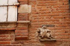 La brique rose de Toulouse Lion Sculpture, Dating, Scene, Statue, Architecture, Rose, Brick, Wall, City