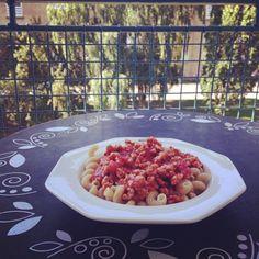 Endnu en dag, hvor maden kan nydes på terrassen i en stor sweater.  Pasta med verdens nemmeste kyllingekødsauce. #fitfamdk#frokost#sol #Padgram