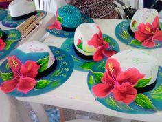 Sombreros decorados aunque son carnavaleros se pueden usar en toda ocasión. Painted Hats, Painted Clothes, Hand Painted, Hobbies And Crafts, Diy And Crafts, Hat Decoration, Custom Hats, Summer Accessories, Summer Hats