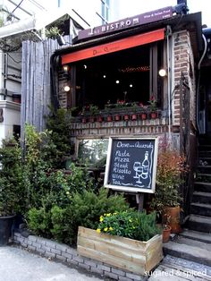 Dove Quando Bistro in Samcheongdong area. Decorated with fresh flowers and vintage tables, Dove Quando is a perfect lunch stopover. Try one of the lunch set of salad, spaghetti, and a lemon sherbet for 15,000 – 17,000 won.  Dove Quando Wine Bistro is open 10am to 2am, and closes at 10pm on Sundays. 02-736-7320. Address: 20-9 Samcheong-dong Jongno-gu Seoul.