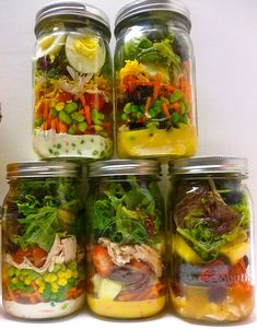 Mason Jar Salads, perfect for a healthy lunch to go. Mason Jar Lunch, Mason Jar Meals, Meals In A Jar, Mason Jars, Lunch Snacks, Healthy Snacks, Healthy Eating, Healthy Recipes, Lunches
