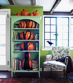 DIY Halloween Tree - Bring the outdoors in! Painted pumpkins are arranged on an old bookcase to give the impression of a spooky Halloween tree! Halloween Tipps, Best Diy Halloween Costumes, Halloween Home Decor, Holidays Halloween, Halloween Crafts, Halloween Decorations, Halloween Clothes, Halloween Halloween, Thanksgiving Decorations