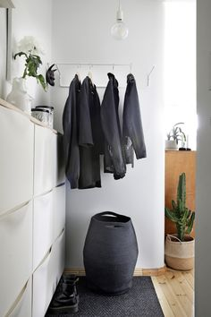 Kodin mustavalkoinen värimaailma on sävyiltään hallittu. Kun sen yhdistyy kalusteiden erilaisiin pintoihin ja materiaaleihin, syntyy kiinnostava vuoropuhelu. Niukka värien käyttö saa myös pienen tilan tuntumaan kokoaan avarammalta.  Foto: Jaanis Kerkis Wardrobe Rack, Entrance, Nooks, Entryway, House, Furniture, Design, Diy, Home Decor