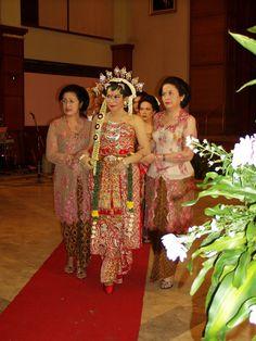 Traditional wedding attire from Java Javanese Wedding, Indonesian Wedding, Bali Girls, Wedding Attire, Wedding Outfits, Black Wedding Dresses, Kebaya, Costume Dress, Traditional Dresses