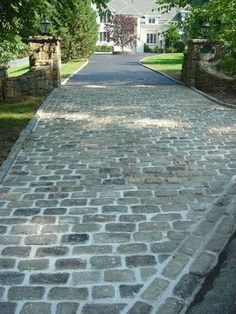 Cobblestone Patio Designs To Bring A Bit Of The Outdoors To Your Home Kopfsteinpflaster Patioentwürf Cobbled Driveway, Driveway Paving, Driveway Design, Concrete Driveways, Driveway Landscaping, Patio Design, Driveway Ideas, House Design, Driveway Border