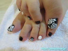 バラアートのフットネイル foot nail art rose stylish. I drew the art of roses in white on black base. Claws of the other monochromatic painted in black and white, I was finished with simple.