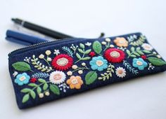how to do brazilian embroidery stitches Hand Embroidery Flowers, Embroidery Bags, Creative Embroidery, Japanese Embroidery, Crewel Embroidery, Hand Embroidery Patterns, Cross Stitch Embroidery, Embroidery Designs, Embroidery Letters