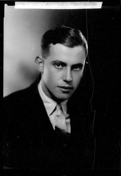 Ambroise Vintage Gentleman, Vintage Men, Vintage Photographs, Vintage Photos, 1940s Hairstyles, Male Hairstyles, Singing In The Rain, Midsummer Nights Dream, Portrait Photo
