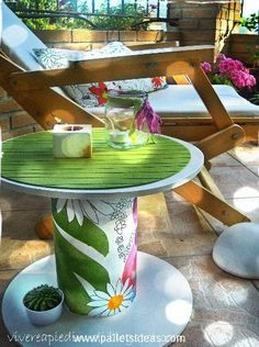 Cute Cable Drum / Reel Recycling Ideas Pallet Garden Furniture, Funky Furniture, Painted Furniture, Wooden Cable Reel, Wooden Cable Spools, Wire Spool Tables, Cable Spool Tables, Spool Crafts, Pallet Crafts