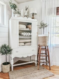 Are you searching for images for farmhouse living room? Browse around this site for amazing farmhouse living room images. This specific farmhouse living room ideas will look entirely excellent. Modern Farmhouse Decor, Modern Decor, Farmhouse Design, Farmhouse Style, Rustic Modern, Urban Farmhouse, Antique Farmhouse, Rustic Decor, Farmhouse Door