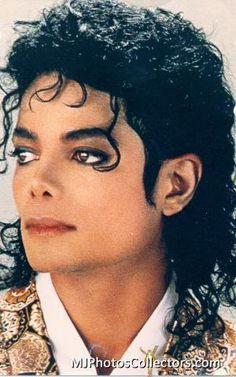 El rey de pop es el hombre mas bonito del mundo el es bueno y  el esta en cielo :)
