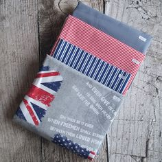 Zbytkový balíček látek vlajky Save The Queen, Card Holder, Reusable Tote Bags, Wallet, Cards, Scrappy Quilts, Rolodex, Maps, Playing Cards