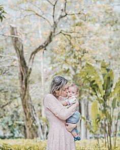 Beijamos, abraçamos, apertamos, cheiramos... e não é o suficiente pra declarar tanto amor que sentimos. Passa tão rápido... temos de aproveitar, certo?   #ensaiofamilia   #ensaiobaby   #andreapaes   #QueroFotosdaDeh   #mãedemenino   #baby #mommy #babies #adorable #cute #small #lovely #love #instagood #kid #kids #beautiful #life#children #happy #igbabies #childrenphoto #instababy #infant #photooftheday #sweet #tiny #little #family