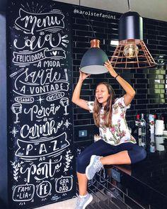 Lousa personalizada feita com tinta e LETTERING Chalkboard Wall Bedroom, Chalk Wall, Mural Wall Art, Home Decor Wall Art, Book Cafe, Letter Wall, Inspiration Wall, Modern Kitchen Design, Cafe Design
