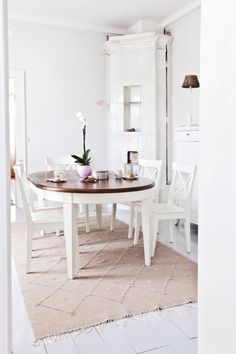 simple and white Fireplaces, Interior Decorating, Anna, Dining Table, Interiors, Decoration, Simple, Furniture, Home Decor