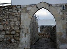 """#Córdoba - #Baena - Castillo 37º 36' 46"""" -4º 19' 37""""  Edificado sobre una torre romana tras el saqueo de la ciudad a fines del siglo IX, y reconstruido en tiempos del Califato, podemos contemplar gran parte de él. Por la pendiente sur del cerro, aparecen lienzos de muralla, torres y dos puertas en recodo muy próximas entre sí conocidas como arco de Consolación y arco Oscuro."""