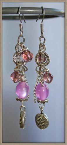 Lange oorbellen in roze met sierlijke tibet bedels