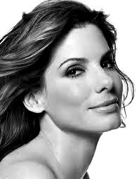 Sandra Bullock - Idade: 47 anos - Nascimento: 26/07/1964 - País de nascimento: Estados Unidos. Vencedora de (1) Oscar pela Academia, até o ano de 2011. Sandra venceu pelo trabalho em: (Um Sonho Possível, 2009) Venceu também (1) Globo de Ouro, além de outras (3) Indicações.