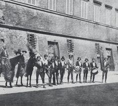 Le comparse delle Contrade a cavallo tra '800 e '900: Contrada della Chiocciola. La foto è tratta dal volume V. Grassi, Le Contrade di Siena e le loro feste, 1973