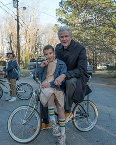 """Millie Bobby Brown, Mathew Modine and Gaten Matarazzo (in the background) behind the scenes of """"Stranger Things"""" Stranger Things Actors, Bobby Brown Stranger Things, Stranger Things Quote, Stranger Things Have Happened, Stranger Things Aesthetic, Eleven Stranger Things, Stranger Things Season, Stranger Things Netflix, Dr Brenner Stranger Things"""