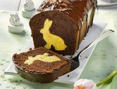 A sweet bunny is hidden in each piece of the Easter bunny cake with cocoa glaze Informations About Osterhasenkuchen mit Kakaoglasur Pin You can easily Easter Bunny Cake, Chocolate Easter Bunny, Easter Cookies, Easter Treats, Easter Food, Easter Art, Food Cakes, Cupcake Cakes, Baking Recipes