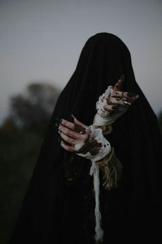 witch aesthetic dark - Hands - Black magic has traditionally referred to the use of supernatural powers or magic for evil and self - Dark Fantasy Art, Foto Fantasy, Dark Art, Half Elf, Yennefer Of Vengerberg, Dark Witch, Arte Obscura, Witch Aesthetic, Aesthetic Dark