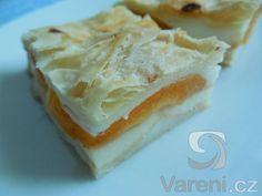 Recept na oblíbené řezy z listového těsta s pudinkovou náplní a ovocem.