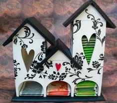 DIY para hacer una casa para guardar el té, tiene tres compartimentos para guardar hasta tres bolsitas de té diferentes. Se recomienda hacer esta linda casita con madera contrachapada, pero también… Bar Shelves, Tole Painting, Craft Gifts, Altered Art, Gift Tags, Woodworking Projects, Tea Pots, Clock, Diy Crafts