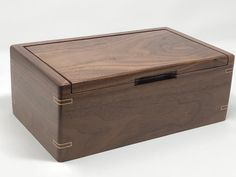 This handcrafted walnut keepsake box makes the perfect gift! Made of solid walnut wood, this box can be used for a variety of purposes; Woodworking Jewellery Box, Woodworking Box, Woodworking Basics, Woodworking Machinery, Woodworking Classes, Woodworking Videos, Handmade Jewelry Box, Wooden Jewelry Boxes, Wood Box Design