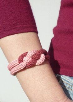 Un bracelet en tricotin avec fil Natura DMC