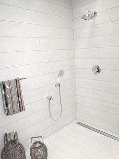 inloopdouche met de makkelijk te reinigen afvoer en leuke badkamertegels
