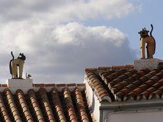 Chaminés em forma de gato nos telhados de Genalguacil (Málaga