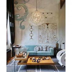Projetado pela designer de interiores Mariana Dornelles, esse ambiente da Casa Cor RJ teve como destaque o lustre de cristal e o sofá na cor azul Tiffany. Repare ainda no uso de obras de arte na parede, valorizando o pé direito alto da construção. #arquitetura #design #interiores #decor