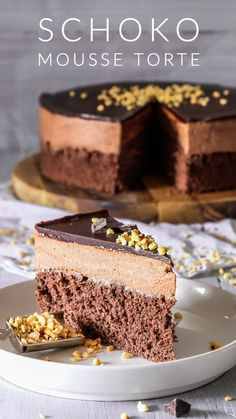 This is THE Chocolate Mousse Cake recipe. Soft and moist chocolate cake layer topped with super creamy chocolate mousse and […] Easy Ice Cream Recipe, Easy Vanilla Cake Recipe, Chocolate Cake Recipe Easy, Chocolate Mousse Cake, Homemade Ice Cream, Cream Recipes, Dessert Simple, Bon Dessert, Dessert Food