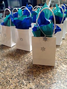 use blank white treat paper bags with handles. Can add snowflake suckers or glue on preprinted Frozen characters as well as fill with matching theme color tissue paper. Frozen Party Favors, Frozen Themed Birthday Party, Disney Frozen Birthday, Elsa Birthday Party, 6th Birthday Parties, Birthday Ideas, Winter Wonderland Party, Theme Color, Childrens Party
