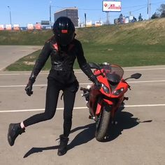 The dance off! Tanechka Ozolina vs Kawasaki Ninja - Ev - The dance off! Tanechka Ozolina vs Kawasaki Ninja The Kawasaki Ninja is a 600 cc class - Biker Chick, Biker Girl, Gif Motos, Motorcycle Logo, Classic Motorcycle, Women Motorcycle, Motorcycle Style, Honda, Kawasaki Motorcycles