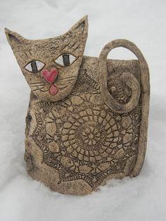 Keramická kočička / Zboží prodejce DoRa | Fler.cz Pottery Animals, Ceramic Animals, Clay Animals, Clay Projects For Kids, Primary School Art, Clay Cats, Mosaic Pots, Hand Built Pottery, Cat Quilt