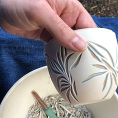 Carving layered porcelain teacups - DIY and Crafts 2019 Ceramic Pottery, Pottery Art, Ceramic Art, Clay Projects, Clay Crafts, Arts And Crafts, Pottery Techniques, Ceramic Techniques, Clay Art