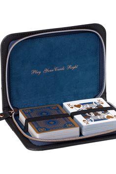 Les deux ensembles complets de cartes de haute qualité sont présentés dans un étui en cuir synthétique à fermeture à glissière Richelieu classique Ted Baker avec un lettrage en or  » Play Your Cards Right « . Un cadeau qui plaira à tout le monde.