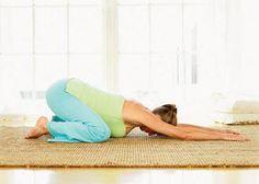 Para aliviar el dolor de espalda y descargar tensión Siéntate sobre los talones, con las rodillas apuntando ligeramente hacia fuera. Échate hacia delante de modo que tu panza quede entre tus piernas y extiende los brazos frente a ti. Mantén tu cuello alineado con tu espina dorsal. Modificación: si tu vientre pega contra el piso, levanta las nalgas ligeramente y descansa sobre tus antebrazos.