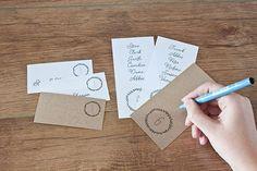 ZDARMA tisknutelné minimalistické eskortní karty a čísla tabulek.  Milujte boha svatbu freebie!