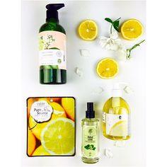 Limonu kozmetikte de pek çok severiz!  Doğru kullanırsanız limon mükemmel bir kozmetiktir. Sararmış tırnakların rengini düzeltmek, eski sivilce izlerini silmek, siyah noktalardan kurtulmak ve ton farklılığını gidermek için üretilen kozmetiklerde sıklıkla rastlarsınız. Kozmetik içeriklerinde cilt tipine göre diğer etken maddelerle harmanlanan ve güvenli hale getirilen limonu evde kullanmak isteyenlerin çok dikkatli olmaları gerek.