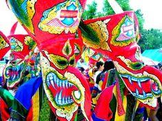 Imagen de https://amazingthailand1.files.wordpress.com/2011/06/bun-luang-and-phi-ta-khon-festival-084918.jpeg.