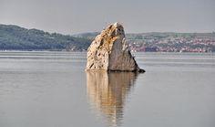 Stanca Baba Caia, situata in mijlocul Dunarii, unica pe tot parcursul fluviului.